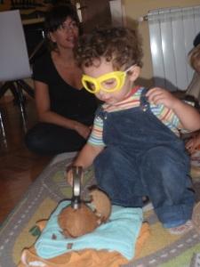 Nicolás abriendo un coco